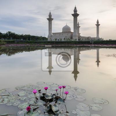 Fototapete Ansicht und Reflexion der Bukit Jelutong Moschee mit lila Lotus im See bei Sonnenaufgang