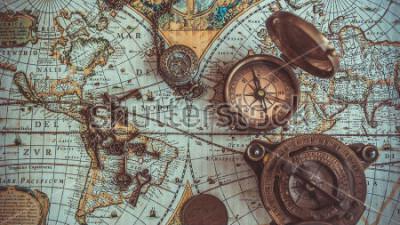 Fototapete Antike seltene Piratenkollektionen, darunter ein Kompass, ein Retro-Vintage-Flaschenöffner, ein Taschenkompass aus Messing mit Deckel, eine Bronzemünze auf der Weltkarte. (Vintage-Stil)
