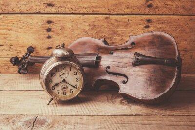 Fototapete Antike Uhr und alte Violine über Vintage Holztisch