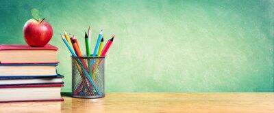 Fototapete Apple Auf Stapel Von Büchern Mit Bleistiften Und Blank Chalkboard - Back To School
