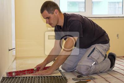 Fußboden Fliesen Sanieren ~ Arbeiter der bodenfliesen installiert keramische fliesen und