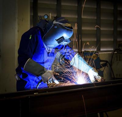 Arbeiter mit Schutzmaske Schweißen von Metall