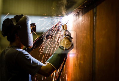 Arbeiter mit Schutzmaske Schweißen von Metall und Funken