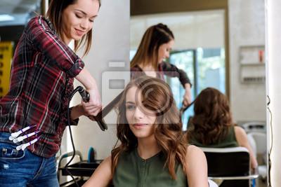Arbeitstag Innerhalb Des Friseursalons Friseur Der Frisur Auf