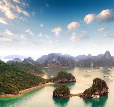 Fototapete Archipel von vielen Inseln in der Halong Bucht in Vietnam