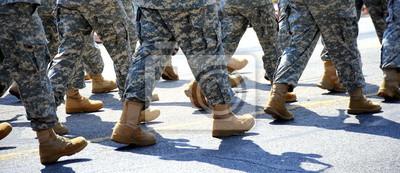 Fototapete Armee militärische Soldaten marschieren in einer Parade im Freien.