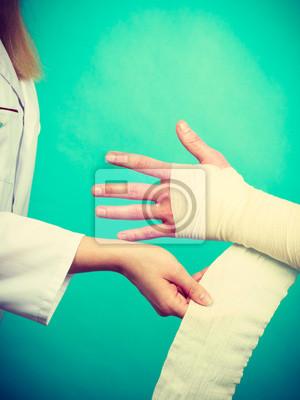 Arzt Bandagiert Verstaucht Handgelenk Fototapete Fototapeten