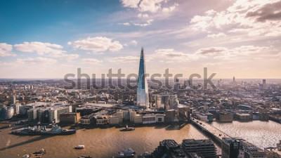 Fototapete Atemberaubender Panoramablick über die Themse, die Scherbe, die Londoner Skyline und das Stadtbild vom Wolkenkratzer aus. Luftbild über der Großstadt.