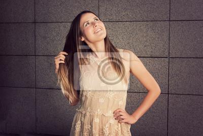 attraktive Brünette posiert