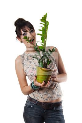 Attraktive junge Frau hält Topf mit Blumen