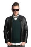 b655b9b5718f Attraktive mann in seinem 20s stand vor einem weißen hintergrund mit  sonnenbrille und eine schwarze lederjacke