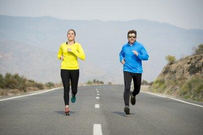 Fototapete Attraktive Sport Paar Mann und Frau zusammen auf Asphaltstraße Berglandschaft