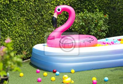Aufblasbaren pool mit flamingo ballon im garten fototapete ...