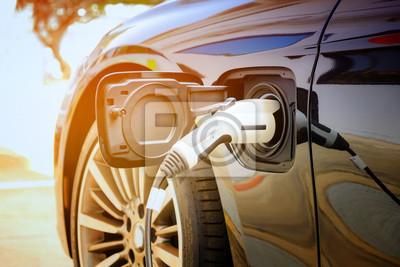 Fototapete Aufladen der modernen Elektroautobatterie auf der Straße, die die Zukunft des Automobils sind, Nahaufnahme der Stromversorgung verstopfte in ein Elektroauto, das für Hybride aufgeladen wird. Neue Ära