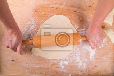 Ausrollen des Teiges auf einem Brett in der Küche