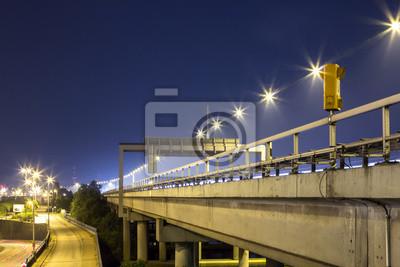 Autobahn mit Notruftelefon in der Nacht