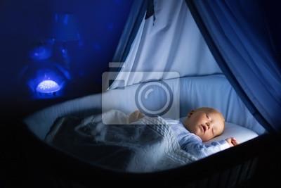 Baby junge trinken milch im bett fototapete u fototapeten