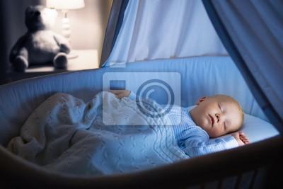 Baby junge trinken milch im bett fototapete u2022 fototapeten
