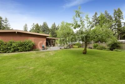 Fototapete Backstein Haus Außen Mit Terrasse Und Hinterhof Landschaft  Design. Großes Grundstück Mit Rasen