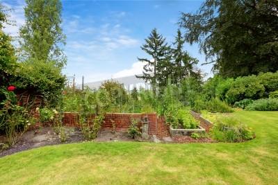 Backyard Mit Garten Bett Und Wand Mit Blumenbeet Neben Fototapete