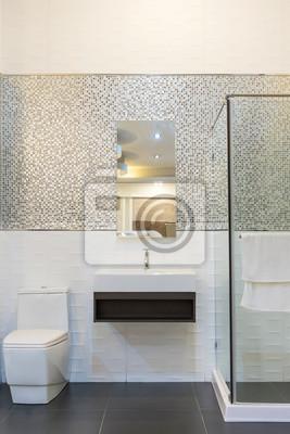 Badezimmer interieur mit weißen wänden, eine duschkabine mit ...