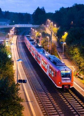 Fototapete Bahnhof Haltepunkt Bahn S-Bahn Nahverkehrszug abends