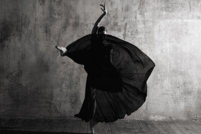 Fototapete Ballerina in ballroom. Ballet dancer in studio. Black and white monochrome.