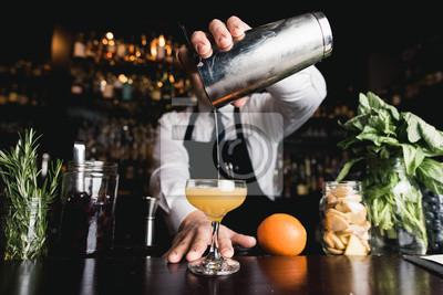 Fototapete Barkeeper gießen Cocktail