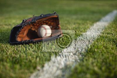 Baseball Handschuh und Ball im Gras durch Feld Streifen