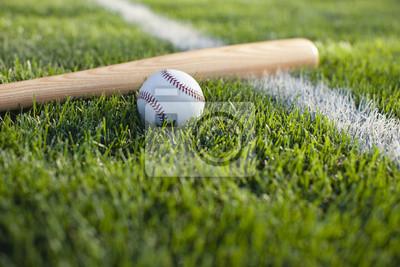Baseball-Schläger und Ball auf Gras Nahfeld Streifen