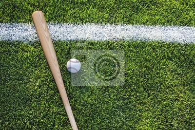 Baseball-Schläger und Ball auf Rasen von oben betrachtet