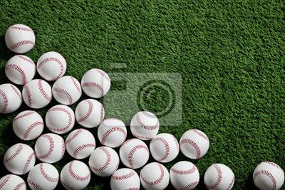 Baseballs auf grünem Rasen von oben betrachtet