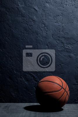 Basketball auf einem schwarzen Hintergrund