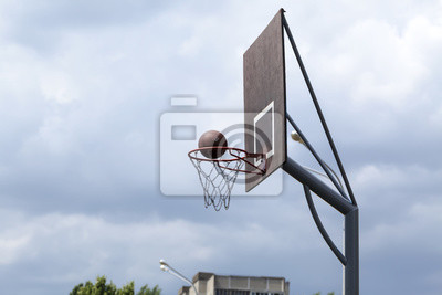 Basketball Ball Ring Bord gegen den Himmel