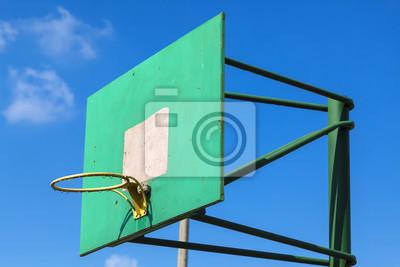 Basketball-Ring Bord Gericht gegen den Himmel