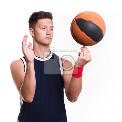 Basketball-Spieler dreht den Ball mit dem Finger