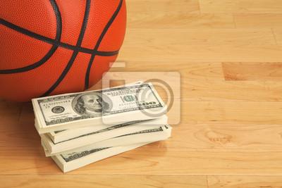 Basketball und hundert Dollar-Scheine auf Holzboden Gericht