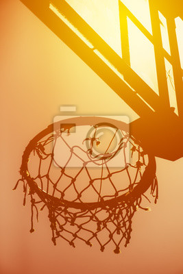 Basketballkorb auf Amateur-Outdoor-Basketballplatz