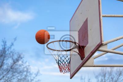 Basketballplatz Ring Board gegen den Himmel