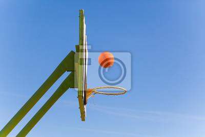 Basketballplatz Ringbrett gegen den Himmel