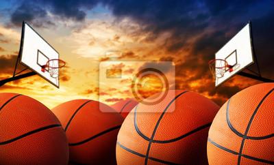 Basketballplatz und Bälle
