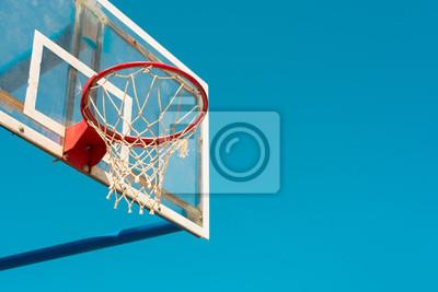 Basketballrückwand mit Ring und Bändern auf Gericht im Freien