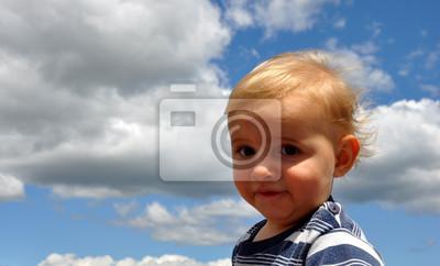 Bébé blond garçon sur fond bleu ciel fototapete u2022 fototapeten