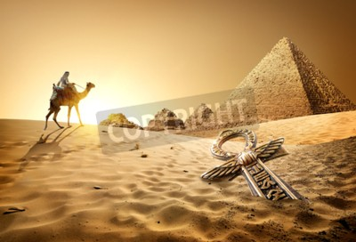 Fototapete Beduinen auf Kamel in der Nähe von Pyramiden und ankh in der Wüste