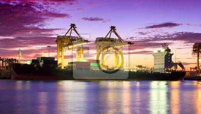 Behälter-Frachtfrachtschiff mit Arbeitskranbrücke in Werfte