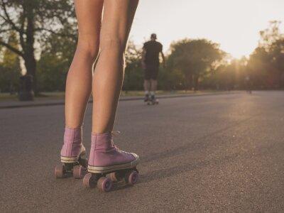 Fototapete Beine der jungen Frau Rollschuhlaufen in Park