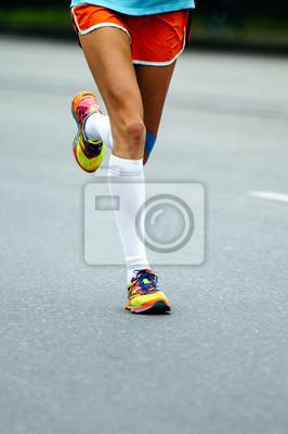0526952ca5e82a Fototapete Beine Frau Läufer Sportler in Kompression Socken auf Stadtstraße