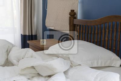 Nice Fototapete Beistelltisch Aus Holzbett In Modern Mit Schlafzimmer Mit Beige  Vorhänge Hintergrund Dekoriert