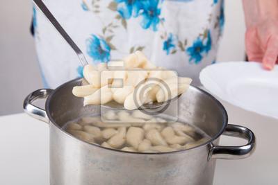 Belasten Nudeln aus dem Topf auf den Teller