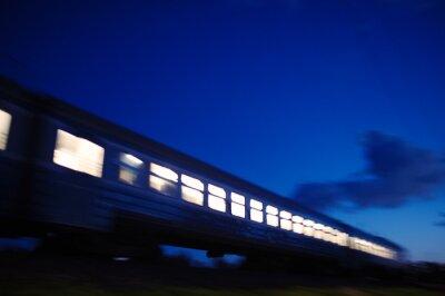 Fototapete Beleuchtete Zug in der Nacht vorbeifahr
